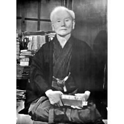Póster del maestro Gichin Funakoshi en blanco y negro.